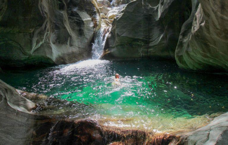 Die schönsten Badeplätze an Seen, Flüssen, und Wasserfällen im Tessin